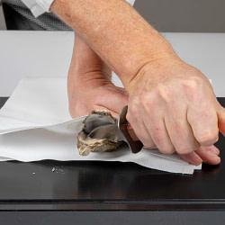 Madfotografering – tips til kvalitets fotooptagelser. Åbning af østers.